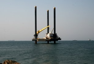 Offshore platform on move to final destination Ilha de Luanda 1
